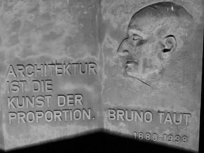 4 мая  1880 года родился — Бруно Таут.JPG