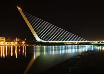 Севилья. Мост Аламильо ночью (1992 г., длина 200 м).jpg