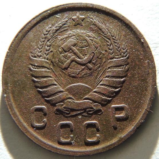 10 копеек 1942 г. Новодел, штемпель 1.33. 10 копеек 1946 г., слева от звезды ости выходят из трех сросшихся выпуклых зерен