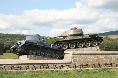 Monumenty_z_vojenskeho_prirodneho_muzea_Udolie_smrti_ZeliPV.jpg