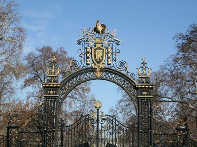 Галльский петух на воротах в сад Елисейского Дворца.jpg