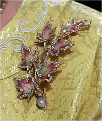 Ее Величество Королева Елизавета II Брошь Кленовые листья.jpg