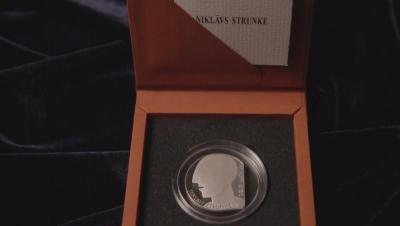 monēta-Niklavs-Strunke-kartona-iepakojums.jpg